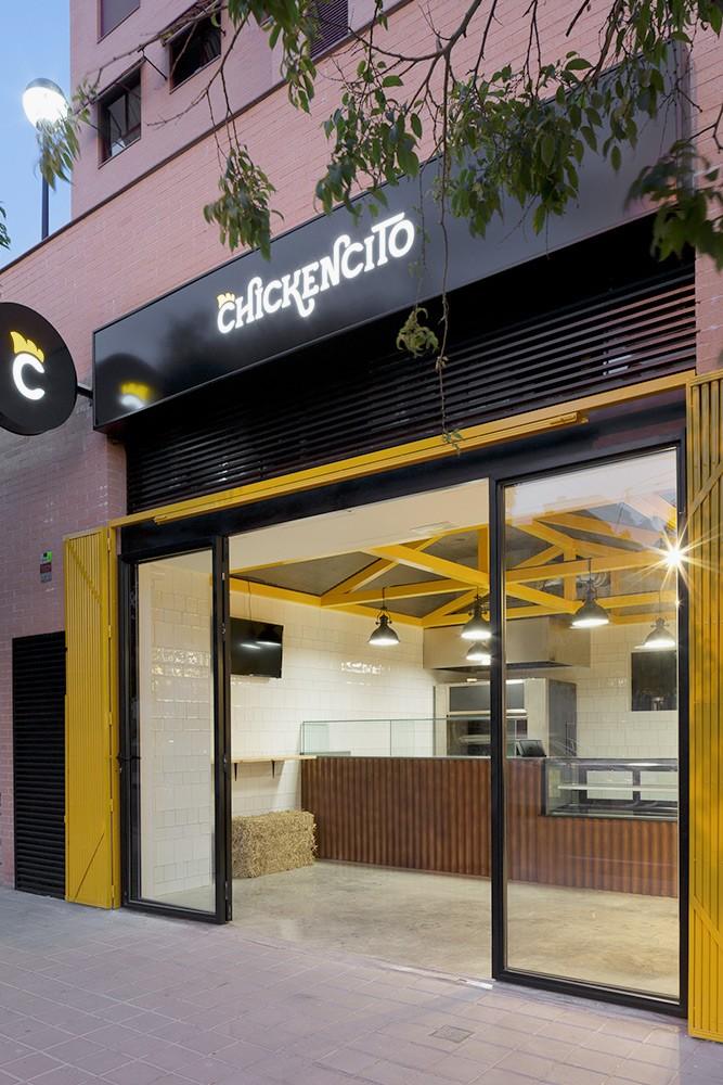 Behind Chickencito fachada identidad de marca